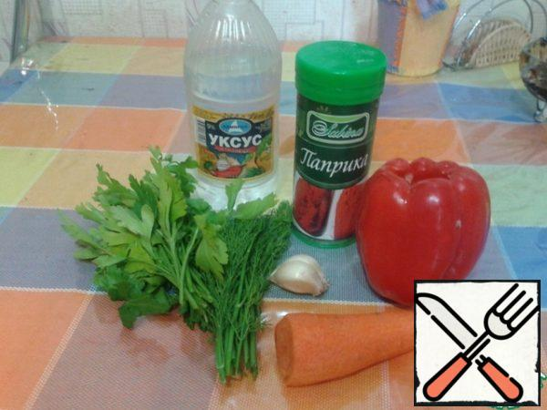 Vegetable oil, in a frying pan or iron mug to put on fire for heating. Meanwhile, prepare the other vegetables.
