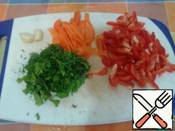 Carrot finely chopped, pepper sticks, cucumber (if any) is also shredded, juicy greens will cut at your request.