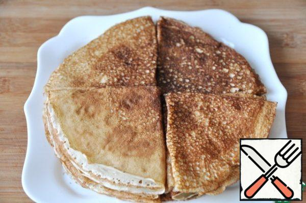 For the preparation of stuffed pancakes, bake pancakes according to your favorite recipe.