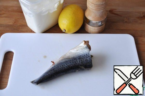 Prepare the herring sauce. Take herring salted (I have my own), sour cream, lemon and a mixture of peppers.