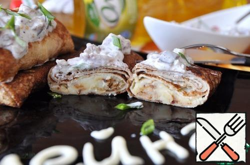 Ready pancakes put on a hot plate. On top of the pancakes put herring sauce, sprinkle with finely chopped green onions. Bon appetit!