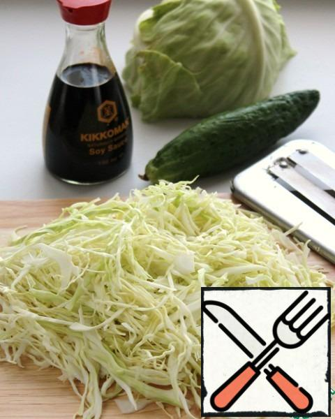 This recipe I would have attributed to the category of basic. Basis one, and to it can be promoted many different ingredients, from radishes and until meat products. Chop the cabbage. RUB your hands. Winter cabbage is rough, so this step should not be ignored.