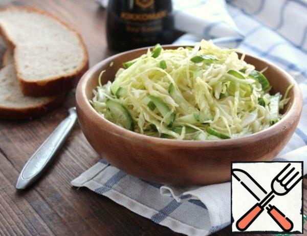 Season the cabbage with cucumbers, mix the salad.