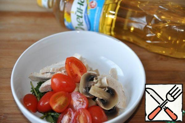To add arugula chicken, mushrooms and cut in half cherry tomatoes. Stir.
