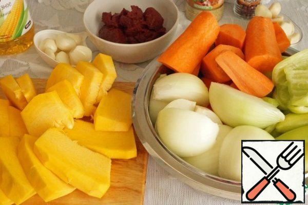 All vegetables wash, peel, cut into large pieces.