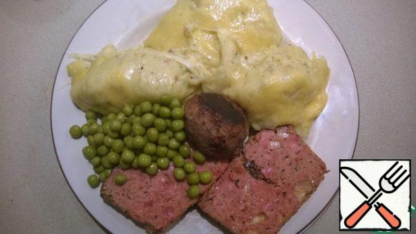 Spread the mashed potatoes on plates, add the green peas. Of course, meat bread is perfect as a main dish! Bon appetit!