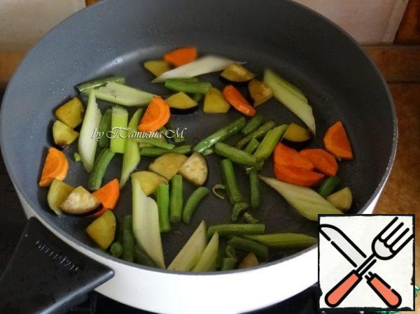Celery, eggplant and carrots cut into big pieces, fry in butter along with beans, to peel (vegetables should remain crunchy);