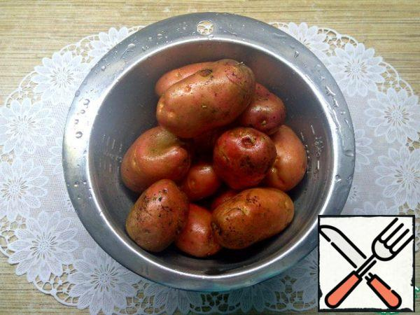 Wash and dry the potatoes thoroughly.