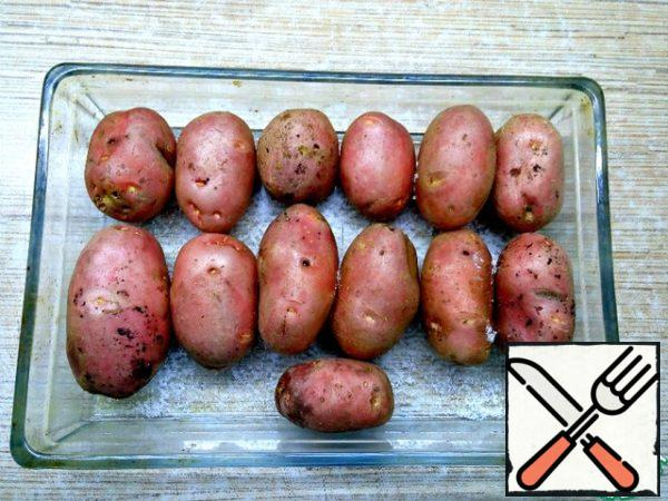 Pour salt into a baking dish, put potatoes on top. Salt is needed to pull moisture from potatoes. Oil cut into small cubes and put in the freezer. Potatoes put in the oven to bake for 2 hours at t 200*C.