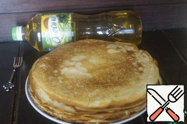 Bake pancakes in a heated pan, greased with a thin layer of sunflower oil. Ready to pancakes set aside.