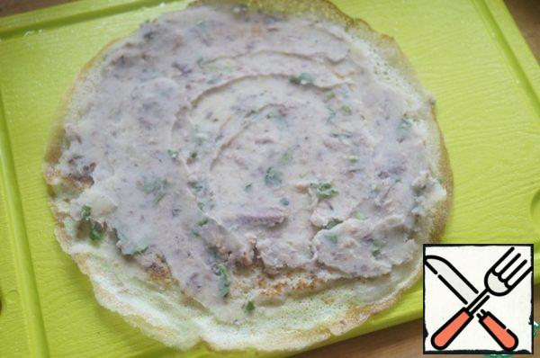 Take a pancake and grease it with a thin layer of the resulting filling.