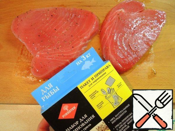 Defrost tuna steaks in the refrigerator in advance. Grill-seasoning for fish mix with vegetable oil and grate steaks, leave at room temperature for at least 30 minutes.
