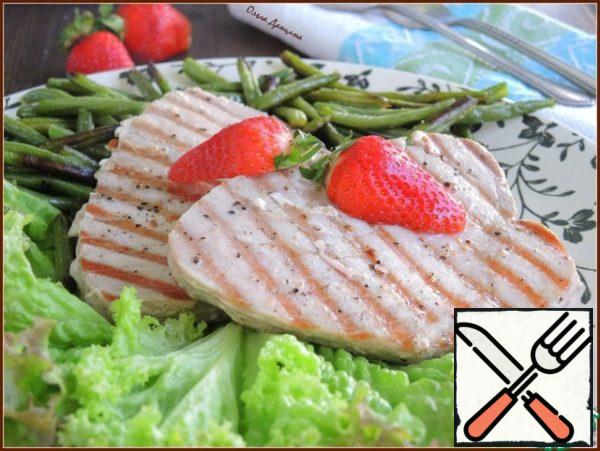 Put the lettuce leaves on the dish, sprinkle them lightly with lemon juice, put tuna steaks on top, next to the beans and immediately serve.