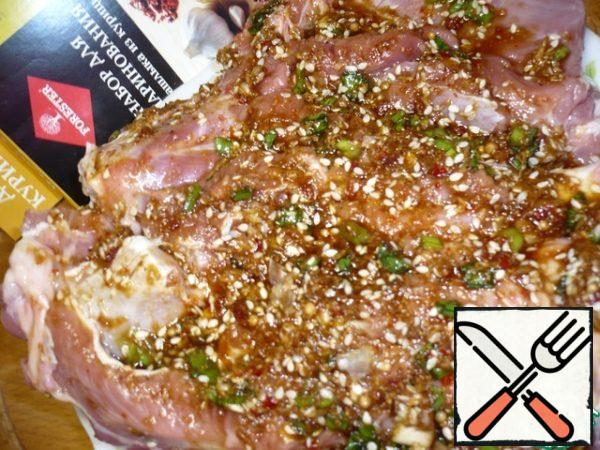 The meat is put over the entire surface with a fork and brush a well-prepared marinade.