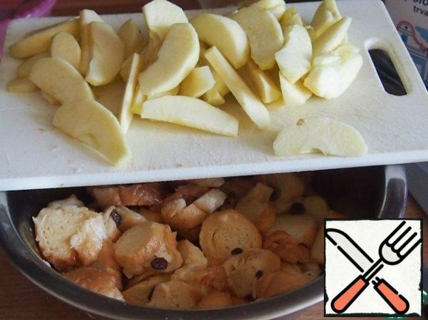 In a large bowl, mix the bread pieces with the raisins thrown back on a sieve, pour the egg-milk mixture and leave for 10 minutes so that the liquid is absorbed into the bread. Meanwhile, peel the apples and cut them into thin slices.