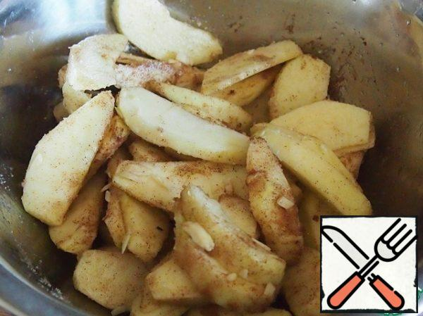 In another bowl, mix the Apple slices with the remaining 25 grams of sugar, cinnamon and almonds.
