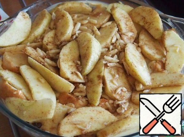 """For """"dough"""", spread half the apples, repeat the operation again. From top to pour the rum. Instead of rum you can use, for example, cognac or liqueur to taste. Put the form in a preheated oven and bake at 170 degrees for about 30-40 minutes."""