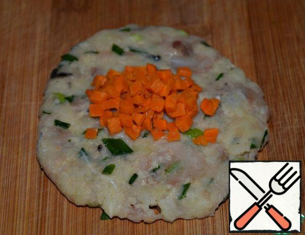 Divide the minced meat into 6-8 parts. From each to form a pellet. In the middle put a teaspoon of carrots.