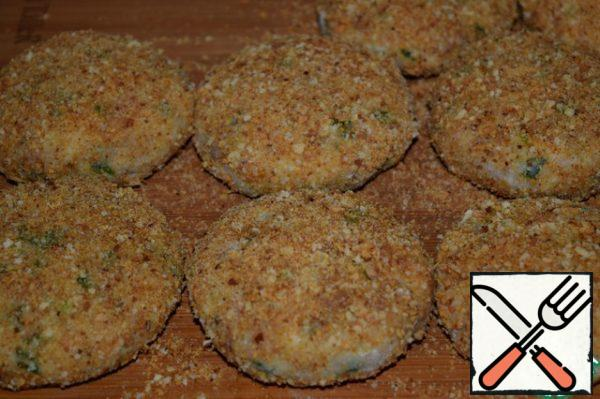 Remove the cutlets for 15-20 minutes in the refrigerator. It is very convenient to prepare such cutlets in advance and put in the freezer. Only before you fry the cutlets, they should get out of the freezer for 15 minutes and leave at room temperature.