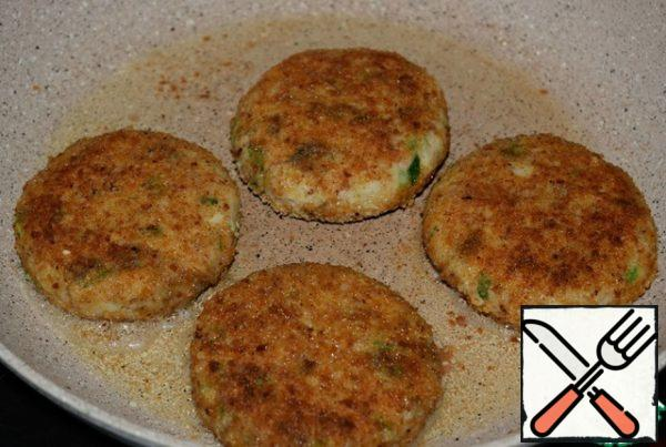 Fry the cutlets in a small amount of vegetable oil over medium heat for 4-5 minutes. Turn over and simmer the cutlets under the lid for another 4-5 minutes. Serve with vegetable salad. By the way, the cutlets are very tasty, and when they cool down.