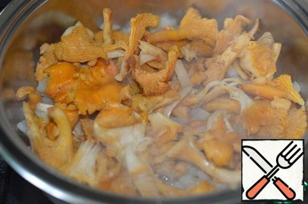 Onions cut, dry chanterelles. Zepter saucepan cover, put on medium heat. When the arrow of the temperature controller reaches the middle of the green field on the Dry scale-you can start cooking. In a saucepan put the onion with chanterelles and cook with the lid open for a couple of minutes. I did it to evaporate some of the moisture from the mushrooms.