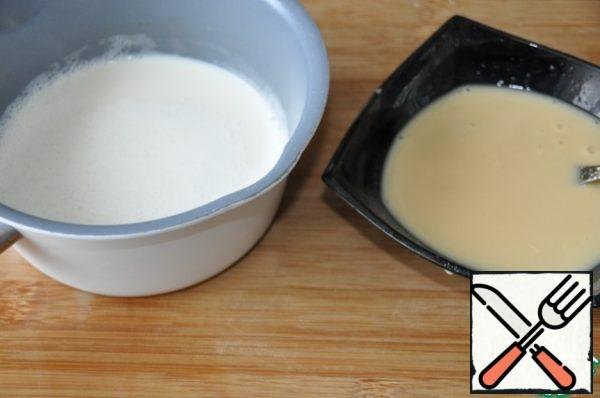 In a saucepan pour the rest of the milk and bring to a boil. Remove the milk from the stove, add a trickle of milk pudding mixture, stir, put on fire, bring to a boil and cook until thick 1 minute.