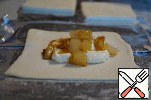 In the middle of each square spread 1-2 tablespoons of cottage cheese filling, put it on top of 1 tablespoon of caramelized pear.