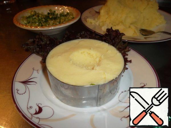 Spread the puree to the top. Do in the middle of a small recess for mussels...