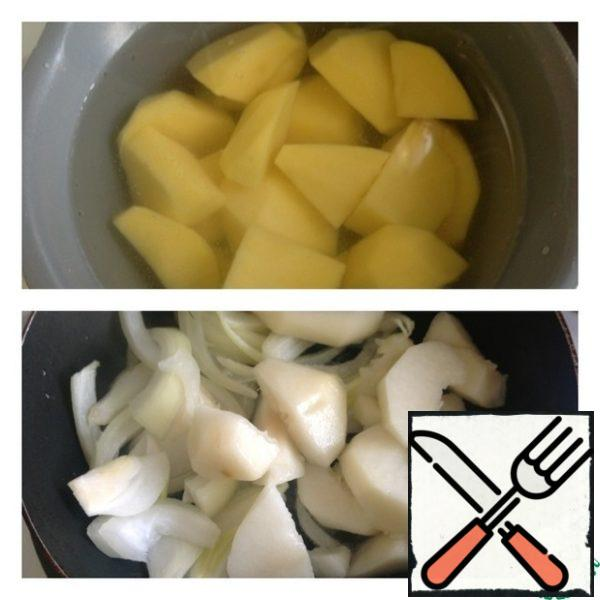 Peel the potatoes and put to boil in salted water until tender. Onion cut into gender rings. Pear ( in the classic version of Apple) peel and seeds, cut into arbitrarily. Fry the pear / Apple together with the onion in a small amount of vegetable oil.