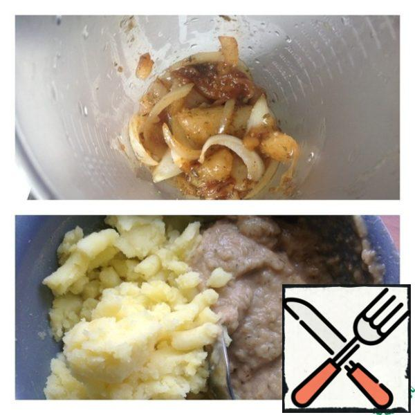 Put the stewed pears and onions in a bowl blender and puree. With ready potatoes drain the liquid and mash with a pusher (do not use a blender). To mashed potatoes add our pear-onion puree, and spoon from the bottom up and clockwise mix thoroughly both two mashed potatoes. It is better to work intensively with my hands, but a blender not to use it.