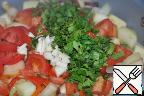 Put chopped tomatoes, garlic, parsley and celery. Stir.