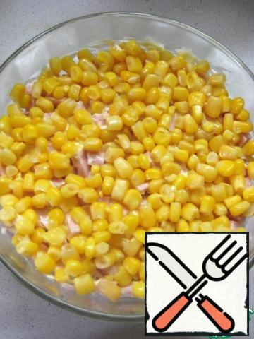 5. Corn (liquid from the jar a pre-merge), to grease with mayonnaise.