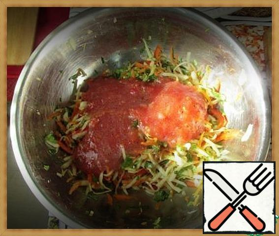 In the bowl with the cabbage and pepper, add the carrots, garlic, cilantro. On top-tomato-lemon mixture. Stir.