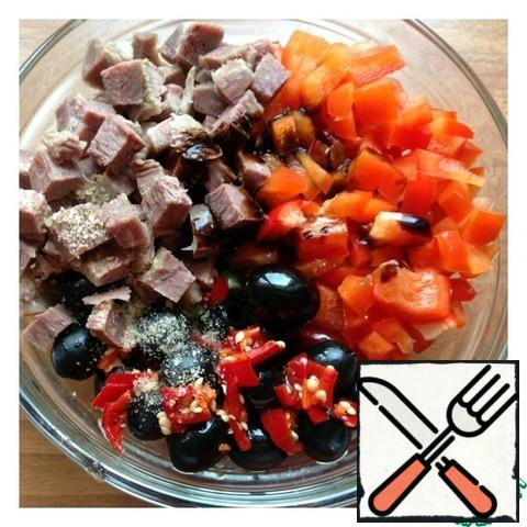 Pepper cut into medium cubes as the meat. Add olives, salt. Hot pepper finely chop. We do not purify seeds. Add oil and balsamic cream. Gently mix the salad.