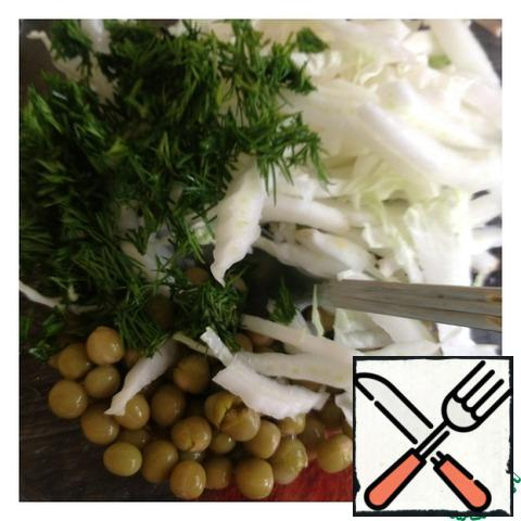 Chop the cabbage into strips, finely chop the dill. With peas drain excess liquid and add to the salad.