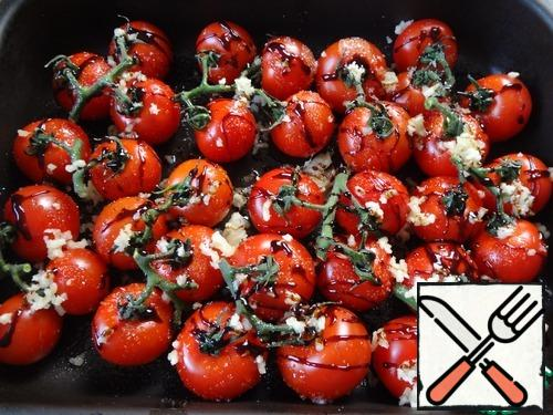 It is necessary to pierce them with a toothpick or a knife, so they do not explode. Pour oil on tomatoes, sprinkle with sugar, garlic, balsamic vinegar and thyme.