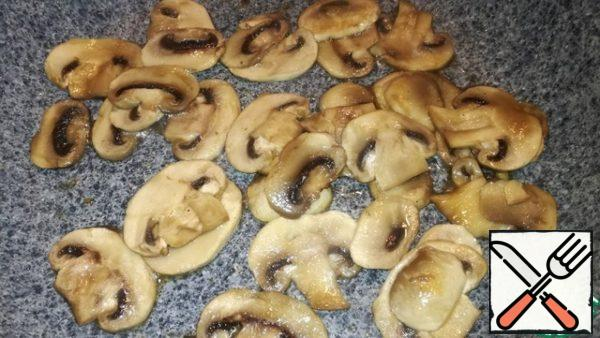 Cut the mushrooms and also fry in a small amount of olive oil and soy sauce. Spread on top of the bell pepper.