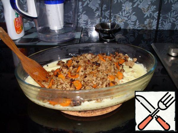 Hot boiled potatoes mash (puree), dilute it with milk, add the egg, mix thoroughly.Fry onions and carrots. Add minced meat. Hold on fire for 7 minutes, stirring.Grease the bowl with oil, put half of the puree on the bottom. Put minced meat on top.