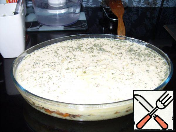 Pour the mixture on top of the puree. Put in the microwave for 20 minutes at full power (before baking the top layer). Call everyone to the table)Bon appetit!