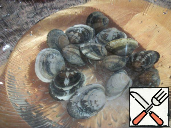 In the meantime, prepare the seafood. Oysters place in cold salt water to release all sand.