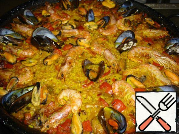 Dishes with paella put in oven for 10 minutes, then remove from heat, cover and allow to rest for another 15 minutes so all the liquid is absorbed. In this case, the rice will be properly cooked, digested rice - marriage. Serve paella immediately. Pour lemon juice.