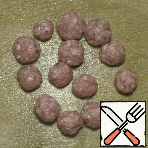 In minced meat add salt and pepper. Knead well. Knock 22 times. And let stand in the refrigerator for about 10min.