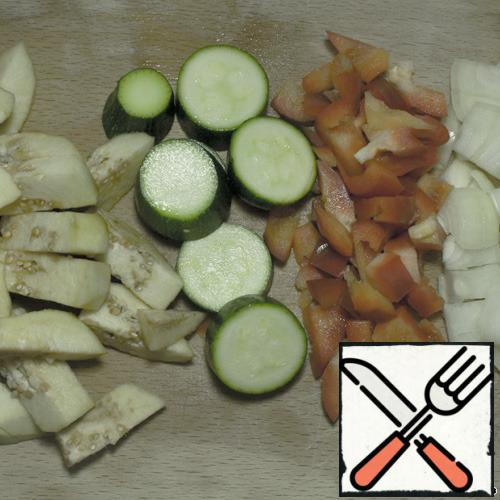 In a frying pan, heat the butter and sunflower oil (ratio 1/3). Vegetables chopped and fry in sequence: onions, carrots, peppers, zucchini. Put in bowl. Separately, fry the eggplant in the oil remaining after the vegetables.