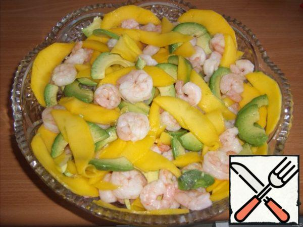 Put the shrimp, mango and avocado in a large salad bowl, mix gently.