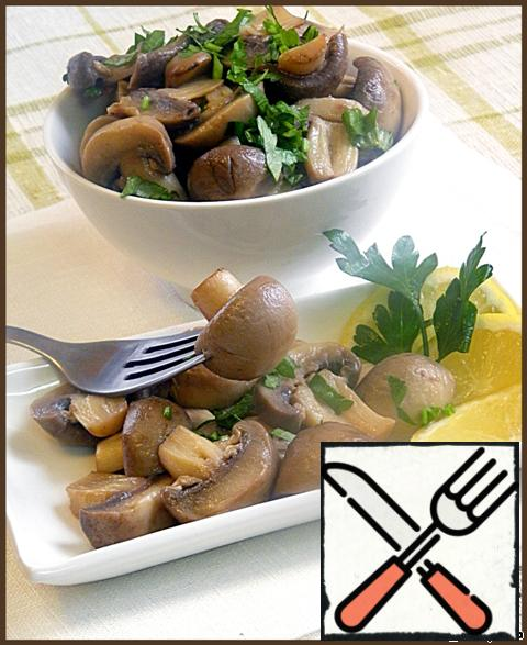 Cooked mushrooms put in a salad bowl and sprinkle with green onions and parsley.