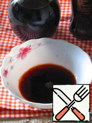 Mix soy sauce, balsamic, sugar and a little water. Try and adjust the taste, it should be sweet and sour. I advise you to take a sweet soy sauce.With onions drain the water and fill with dressing.