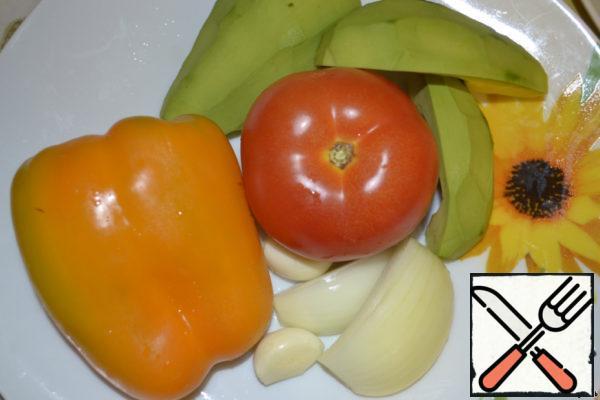 First, prepare the salsa. We need avocado, 1 tomato, half bell pepper, garlic, onion. Wash everything, clean avocado.