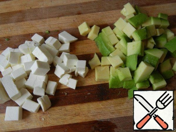 Avocado peel, remove the bone and cut into cubes. Feta also cut into small cubes.