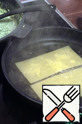 Prepare the lasagna sheets. To do this, drop them in boiling salted water, so that the layers do not stick together, you can drop olive oil.