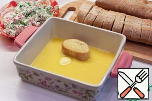 Melt butter. Can be directly in the same form, where chase be preparing pudding. Each slice of baguette dipped on both sides in butter.